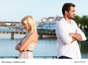 Städtetourismus - Paar im Urlaub hat Beziehungsproblem