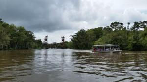 Unter der alten Zugbrücke hindurch geht es in den Swamp