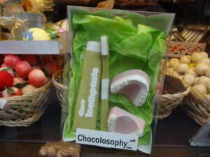 """In der Chocolatería """"Chocolosophy"""" in Ribadesella gibt es wirklich alles aus Schokolade. Auch das neue Gebiss, falls man es mit der Schokolade etwas übertrieben hat ..."""
