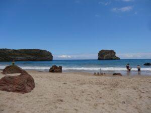 Die Playa de Ballota von unten. Auch in echt schön!