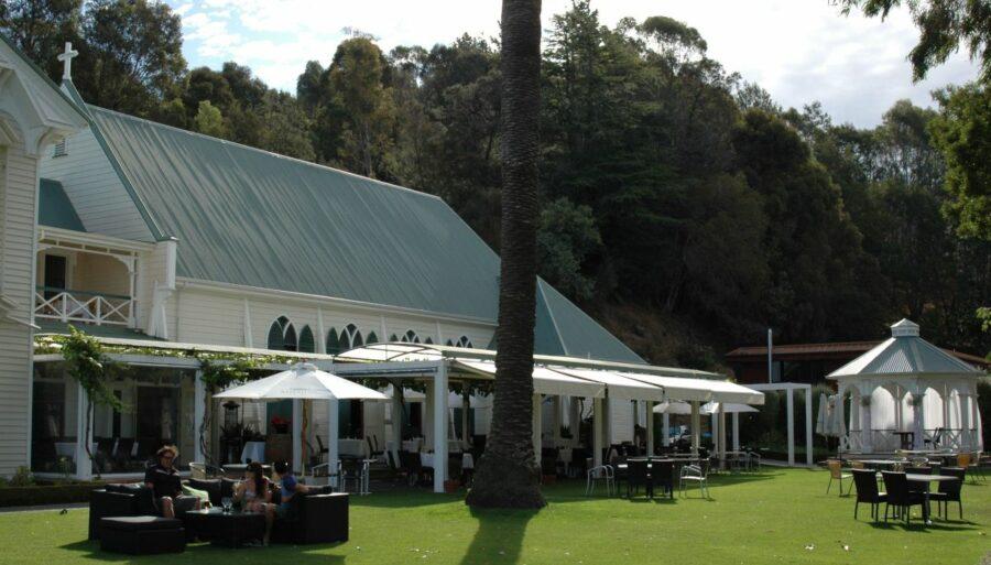 Gartenrestaurant der Mission, im Hintergrund die ehemalige Kapelle